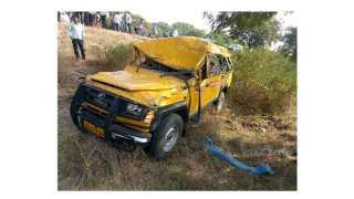 खोतनट्टी -संकेश्वर-जेवरगी राज्य महामार्गावर अपघात झालेली स्कूलबस.