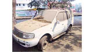 इचलकरंजी - शहरात रस्त्याच्या कडेला अशी वाहने वर्षानुवर्षे धुळखात पडून आहेत. (पद्माकर खुरपे -सकाळ छायाचित्र सेवा)