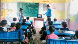 विजयनगर (पर्यंती) - व्हिडिओ कॉन्फरन्सच्या माध्यमातून तमिळनाडूतील जॉन एम. राजा यांच्याशी संवाद साधताना विद्यार्थी.