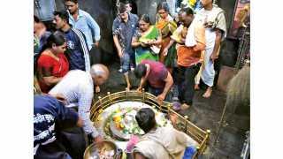 श्री क्षेत्र भीमाशंकर (ता. खेड) - श्रावण महिन्यातील पहिल्या सोमवारी शिवलिंगाचे दर्शन घेताना भाविक.
