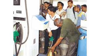 औरंगाबाद - उस्मानपुरा येथील पेट्रोलपंपाची रविवारी तपासणी करताना पेट्रोल कंपनीचे अधिकारी, शासकीय अधिकारी, संबंधित तंत्रज्ञ व पोलिस आयुक्तालयातील गुन्हे शाखेचे अधिकारी.