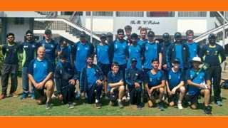 मुकुंदनगर - महाराष्ट्रीय मंडळाच्या मैदानावर क्रिकेट नेक्स्ट ॲकॅडमीतील शिबिरात सहभागी झालेल्या लेस्टर कौंटी क्रिकेट क्लबच्या संघातील खेळाडू व प्रशिक्षक..
