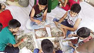 जळगाव - 'सकाळ- एनआयई'तर्फे रविवारी आयोजित कार्यशाळेत शाडू मातीपासून गणेशमूर्ती बनविताना विद्यार्थी.