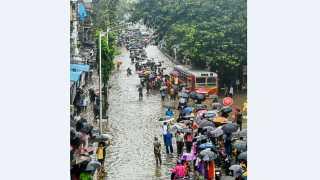 मुंबई - मुसळधार पावसामुळे पाणी साचून वाहतूक बंद विस्कळीत झाल्याने मंगळवारी नोकरदारांना अडचणींचा सामना करावा लागला.