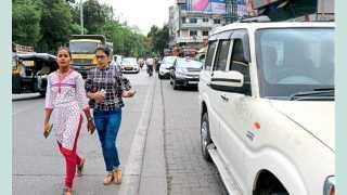 चिंचवड - प्रा. रामकृष्ण मोरे प्रेक्षागृहाजवळ पदपथावर बेशिस्त वाहनचालक गाड्या लावत असल्याने मुख्य रस्त्यावरून चालताना पादचारी.
