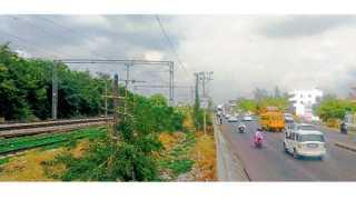 लोणी काळभोर (ता. हवेली) - विद्युतीकरणाचे काम पूर्ण झालेला पुणे-दौंड लोहमार्ग व त्याच्याच बाजूने गेलेला पुणे-सोलापूर महामार्ग.