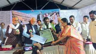 मोढवे (ता. बारामती) - खासदार राजू शेट्टी यांना मुक्ता-जगन्नाथ पुरस्कार देऊन सन्मानित करताना मान्यवर.