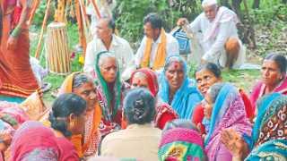 माळीनगर (जि. सोलापूर) - रिंगण सोहळ्यानंतरच्या विसाव्यावेळी अभंगात दंग झालेल्या महिला.