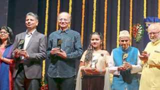 बालगंधर्व रंगमंदिर - शाहू मोडक पुरस्कार प्रदान कार्यक्रमात डावीकडून देवता देशमुख, राहुल देशमुख, दिलीप प्रभावळकर, नंदिनी गायकवाड, श्रीकृष्ण कर्वे गुरुजी.