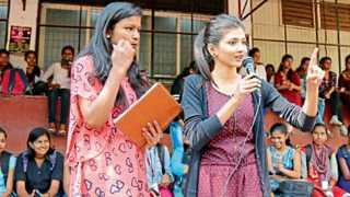 मॉडर्न महाविद्यालय (शिवाजीनगर) - 'सकाळ'ने आयोजिलेल्या कार्यक्रमात कविता सादर करणाऱ्या तरुणीसह  अभिनेत्री ज्ञानदा रामतीर्थकर.