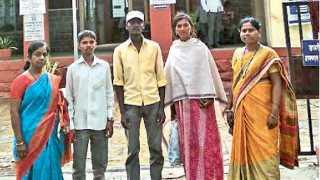 फलटण (जि. सातारा) - पोलिस ठाण्यासमोर अंजू वाघमारे (उजवीकडील) संबंधित महिला, तिचा पती व आशा नवले (डावीकडील पहिल्या).