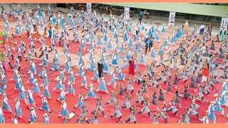 आझम कॅम्पस - योग दिनानिमित्त योगासने करताना विद्यार्थी.