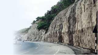खंबाटकी घाट - महामार्गाच्या सहापदरीकरणात प्लॅस्टरचे काम सुरू असलेला डोंगरकडा.
