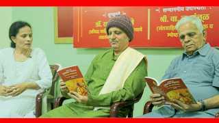 """महाराष्ट्र साहित्य परिषद - """"सकाळ प्रकाशना'तर्फे आयोजित समारंभात सरश्री लिखित """"संतांमध्ये संत तुकाराम महाराज: अभंग रहस्य आणि जीवनचरित्र' या पुस्तकाचे शनिवारी प्रकाशन झाले. या वेळी (डावीकडून) तेजविद्या, डॉ. रामचंद्र देखणे, वा. ल. मंजुळ,"""