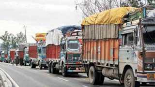 आप्पाचीवाडी : चक्काजाम आंदोलनामुळे राष्ट्रीय महामार्गावर थांबविण्यात आलेले ट्रक.