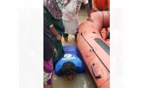 NDRF man make himself stair for people during rescue