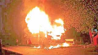 लोंघे (ता. गगनबावडा) -कोल्हापूर-गगनबावडा राज्यमार्गावर लोंघे येथे खासगी प्रवासी बसला लागलेली आग.