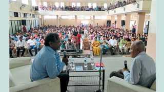 हडपसर - ज्येष्ठ शास्त्रज्ञ डॉ. जयंत नारळीकर यांची प्रकट मुलाखत घेताना डॉ. जयंत गाडगीळ.