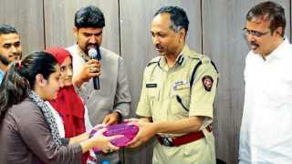 कात्रज - सरहद संस्थेतर्फे पोलिस आयुक्त डॉ. के. व्यंकटेशम यांचा सत्कार करताना काश्मिरी विद्यार्थिनी.