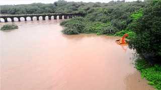 परभणी -झरी (ता.परभणी) - दुधना नदी काठोकाठ भरुन वाहू लागल्याने शुक्रवारी पाण्यात बुडालेले नदीकाठावरचे मंदिर.