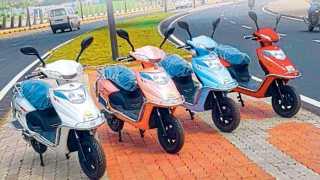 शोरूमपुढे उभ्या असलेल्या विविध रंगातील ई-बाईक.