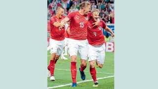 क्लागेनफर्ट (जर्मनी) - विश्वकरंडकपूर्व आंतरराष्ट्रीय सामन्यात जगज्जेत्या जर्मनीवर विजय मिळविल्याचा आनंद साजरा करताना ऑस्ट्रियाचे खेळाडू.