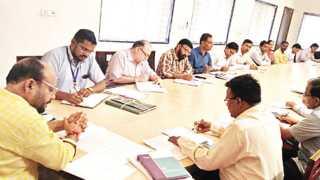 जळगाव - अजिंठा शासकीय विश्रामगृहात बुधवारी अधिकाऱ्यांच्या झालेल्या बैठकीत बोलताना सहकार राज्यमंत्री गुलाबराव पाटील.