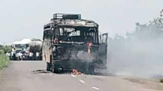 सोलापूर - मराठा क्रांती मोर्चाच्या कार्यकर्त्यांनी शनिवारी बार्शी महामार्गावर नान्नजनजीक एसटी बस जाळली.