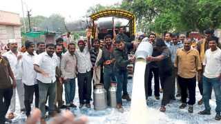 करंजेपूल (ता. बारामती) - दूधदर आंदोलनासाठी नीरा-बारामती रस्त्यावर धरणे आंदोलन करताना कार्यकर्ते व पदाधिकारी.