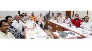 सकाळ कार्यालय - महाराष्ट्र नाभिक महामंडळाच्या बैठकीस उपस्थित असलेले पदाधिकारी.