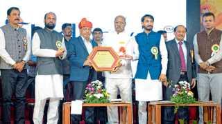 नऱ्हे - खासदार नारायण राणे यांना जीवनगौरव पुरस्कार प्रदान करताना श्रीनिवास पाटील. या वेळी (डावीकडून) संजय घोडावत, डॉ. सुधाकर जाधवर, राणे, पाटील, शार्दूल जाधवर, डॉ. शिवाजीराव कदम व विश्वजित मोकाशी.