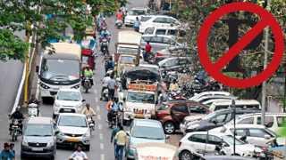 खराळवाडी - रस्त्यावरच वेड्यावाकड्या पद्धतीने उभ्या केलेल्या चारचाकी वाहनांमुळे वाहतुकीला झालेला अडथळा.