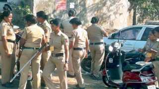 नागपूर - वरणभातावर भूक भागविताना मोर्चा पॉइंटवरील पोलिस कर्मचारी.