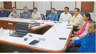 सकाळ कार्यालय, बुधवार पेठ - 'सकाळ'तर्फे आयोजित केलेल्या बैठकीत उपस्थित असलेले 'पुणे मशिनरी मर्चंट्स असोसिएशन'चे प्रतिनिधी.