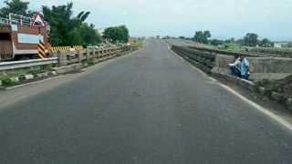 आनेवाडी - महामार्ग सहापदरी तर पूल दुपदरी असल्यामुळे वारंवार अपघात घडत आहेत.