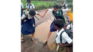 उमरगा - पतंगे रस्त्याच्या दुरवस्थेमुळे चिखलातून वाट काढत शाळा गाठणारे विद्यार्थी.