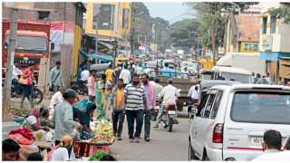 सातारा - राधिका रोडवर वाहतूक नियमनाअभावी वारंवार होणारी वाहतूक कोंडी नागरिकांना दररोजची डोकेदुखी ठरत आहे.