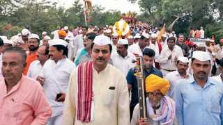 वडापुरी (ता. इंदापूर) - तुकाराम महाराज पालखीचे स्वागत करताना माजी सहकारमंत्री हर्षवर्धन पाटील यांच्यासह ग्रामस्थ.