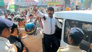 विदर्भ बंद दरम्यान कार्यकर्त्याला ताब्यात घेताना पोलिस.