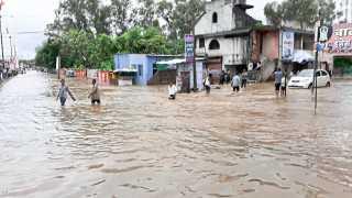 दारव्हा : जोरदार पाऊस झाल्याने मुख्य रस्त्यावर साचलेले पाणी.