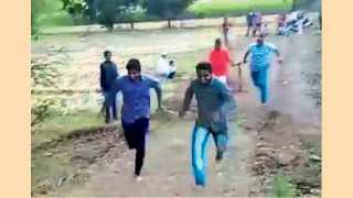 साकोरे (ता. आंबेगाव) - एकमेकांच्या हातांना धरून बैलगाड्याप्रमाणे घाटातून धावताना तरुण.