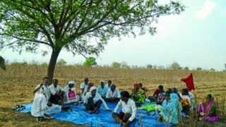 मच्छिंद्रा ः शेतात सत्याग्रह आंदोलनात सहभागी झालेले आदिवासीबांधव.