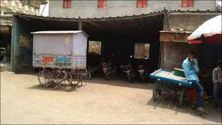 निजामपूर-जैताणे (ता.साक्री) : येथील बसस्थानकाच्या शेडची झालेली दुरावस्था. (छायाचित्र : भगवान जगदाळे)