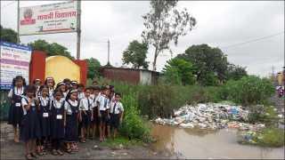 कल्याण पूर्व नांदवली परिसरातील गायत्री शाळेजवळ साचलेले पावसाचे पाणी आणि कचरा.