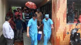 परतवाडा ः महिलेचे यकृत नेताना रुग्णालयाचे कर्मचारी.