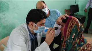 कवठे येमाई (ता. शिरूर) : जिल्हा परिषदेच्या प्राथमिक आरोग्य केंद्रात फियाट इंडिया ऑटोमोबाईल्स प्रायव्हेट लिमिटेड'च्या वतीने मोतीबिंदू तपासणी करताना वैद्यकीय अधिकारी.