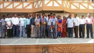 वाघोली : दिल्ली येथील देशपातळीवरील क्रीडा स्पर्धेत सुवर्ण पदक मिळविलेल्या विद्यार्थ्यांचा गैारव करण्यात आला. शिक्षकासमवेत विद्यार्थी.
