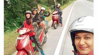 मोपेड मोटारसायकलने प्रवास करताना बीएजी ग्रुपच्या सदस्य.