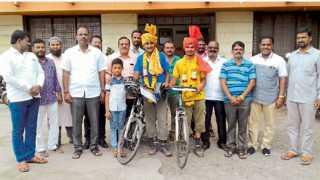 इंदापूर - एड्स, पर्यावरण संतुलनासाठी सायकल फेरी काढणाऱ्या डॉ. पवन चांडक व आकाश गिते यांच्या सत्कारप्रसंगी कैलास कदम उजवीकडून तिसरे व भरत शहा (उजवीकडून चौथे).