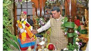 मुंबई - 'वर्षा' बंगल्यावर गुरुवारी श्री गणरायाची पूजा करताना मुख्यमंत्री  देवेंद्र फडणवीस.
